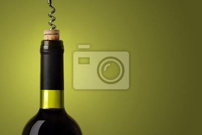 Das Öffnen einer Flasche Rotwein, auf grünem Hintergrund