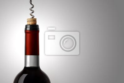 Das Öffnen einer Flasche Rotwein, auf weißem Hintergrund