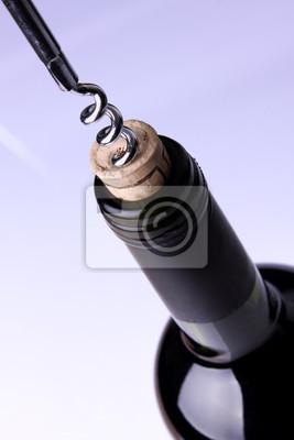 Das Öffnen einer Flasche Wein, auf blauem Hintergrund