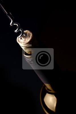 Das Öffnen einer Flasche Wein, auf dunklem Hintergrund. Gold-Reflexion.