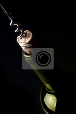 Das Öffnen einer Flasche Wein, auf dunklem Hintergrund. Grüne Reflexion.