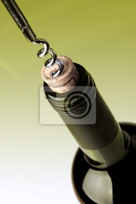 Das Öffnen einer Flasche Wein, auf grünem Hintergrund