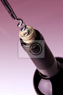 Das Öffnen einer Flasche Wein, auf lila Hintergrund