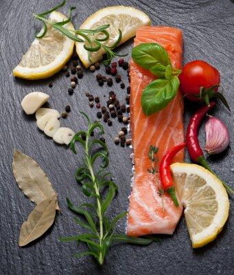 Poster Delicious Teil der frischen Lachsfilet mit aromatischen Kräutern, Gewürze und Gemüse - gesunde Ernährung, Diät-oder Koch-Konzept