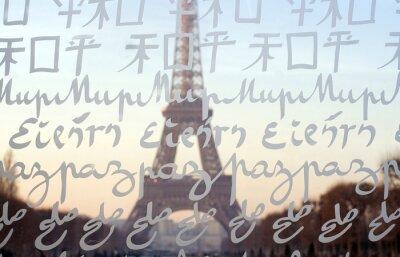 Der Eiffelturm durch die Wand für Frieden gesehen