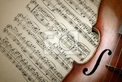 Detail der alten Geige kratzte auf Musik-Blatt