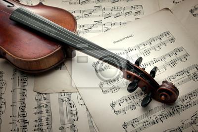 Detail der alten Geige kratzte auf Musik-Blatt. Vintage-Stil.