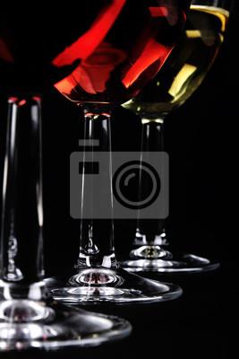Detail der drei Weingläser auf dunklem Hintergrund