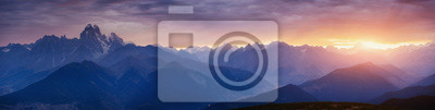 Poster Dicker Nebel auf dem Bergpass Goulet. Sonnenuntergang. Georgien, Svaneti.