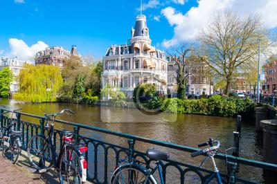 Die Bank des Singelgrachtkanal mit Fahrrädern in Amsterdam, Niederlande.