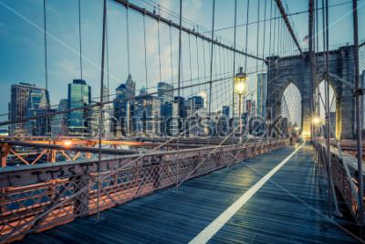 Poster Die Brooklyn Bridge bei Nacht, NYC.
