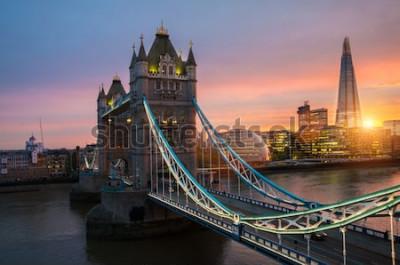 Poster Die London Tower Bridge bei Sonnenuntergang an einem sonnigen Sommerabend - schoss gegen blauen klaren Himmel in die glänzende Sonne
