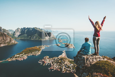Poster Die Paarfamilie, die zusammen auf Klippenrand in Norwegen-Mann- und Frauenlebensstilkonzept-Sommerferien im Freien geht, Vogelperspektive Lofoten-Inseln Reinebringen-Gebirgsoberseite
