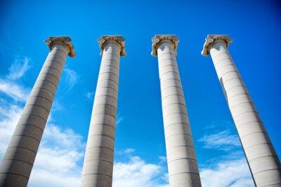 Poster Die vier Säulen unter einem blauen Himmel in Katalonien