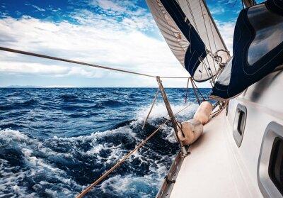 Poster Die weißen Segel der Yachten auf dem Hintergrund von Himmel und Meer in den Wolken