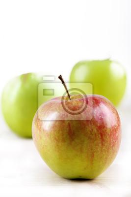 Drei Äpfel auf weißem Hintergrund