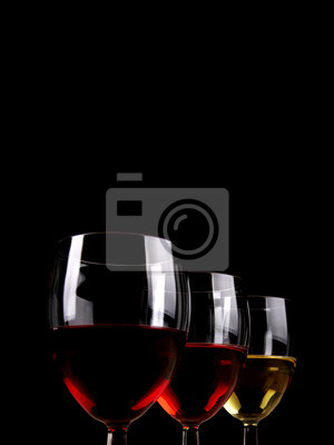 Drei Gläser Wein in Linie auf dunklem Hintergrund