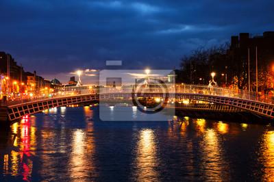 Dublin, Irland. Nachtansicht der berühmten Penny-Brücke