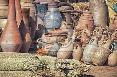 Dusty Tontöpfe in Marokko zusammen auf dem Dorfmarkt stecken