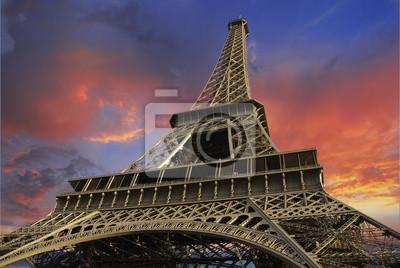 Eiffelturm bei Sonnenuntergang gegen einen bewölkten Himmel