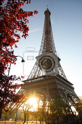 Eiffelturm gegen Sonnenaufgang in Paris, Frankreich