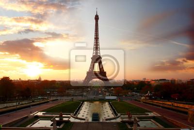 Eiffelturm gegen Sonnenuntergang in Paris, Frankreich
