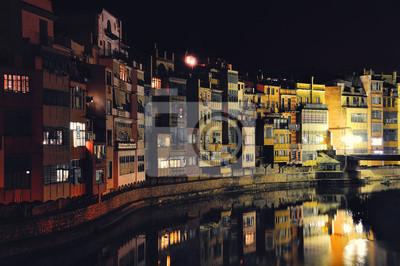 Ein Blick auf die Stadt von Gerona in Spanien in der Nacht
