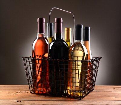 Poster Ein Draht Einkaufskorb Mit Weinflaschen Gefüllt