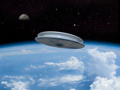 Poster Ein UFO Eintritt in die Erdatmosphäre mit dem Mond in der Ferne sichtbar. Alien-Invasion! Begrüßen unsere neuen Oberherren!