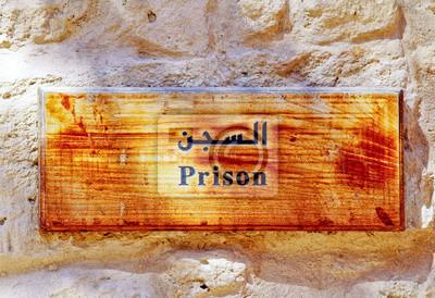 Eine altmodische Holz Gefängnis Zeichen hängen an einer Wand.