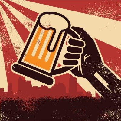 Poster Eine Hand hält Bier, das ein Toastplakat bildet