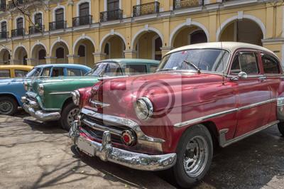 Eine Reihe von alten amerikanischen Autos aus den 50er Jahren in Havanna, Kuba