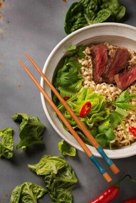 Poster Eine Schüssel chinesische Ramen-Nudeln mit Rindfleisch, Chinakohl