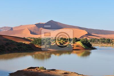 Eine überflutete Sossusvlei in der Namib-Wüste