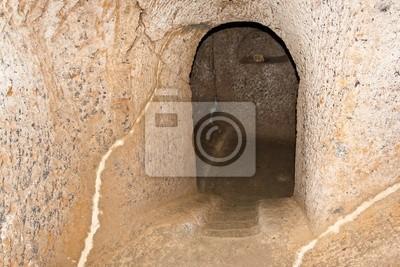 """Eingang zu einem etruskischen Grab in """"Civita di Bagnoregio"""", Italien."""