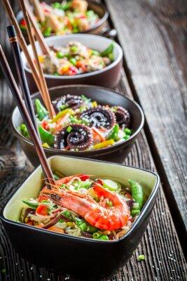 Poster Einige traditionelle asiatische Nudeln mit Meeresfrüchten