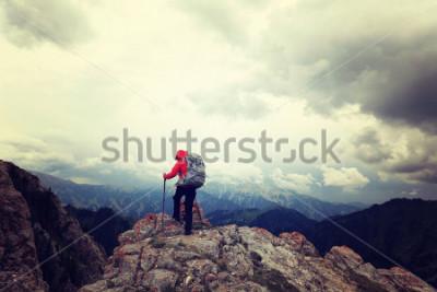 Poster erfolgreiche Frau Backpacker genießen Sie die Aussicht auf Berggipfel