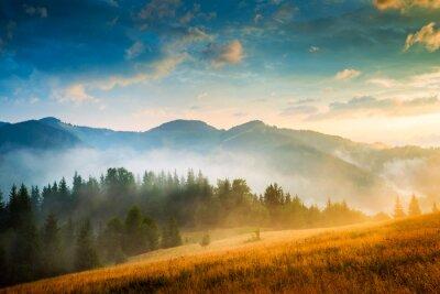 Poster Erstaunlich Berglandschaft mit Nebel und einem Heuhaufen