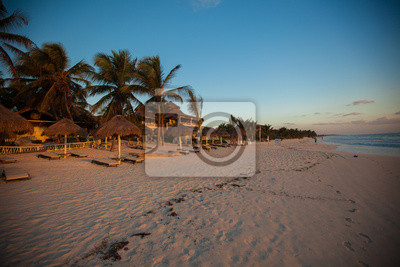 Erstaunliche bunte Sonnenuntergang am Strand Resort in Mexiko