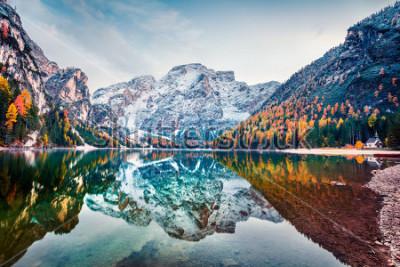 Poster Erster Schnee am Pragser See. Bunte Herbstlandschaft in den italienischen Alpen, Naturpark Fanes-Sennes-Prags, Dolomit, Italien, Europa. Schönheit des Naturkonzepthintergrundes.