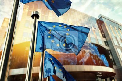 Poster EU-Flaggen, die vor dem Gebäude des Europäischen Parlaments winken. Brüssel, Belgien