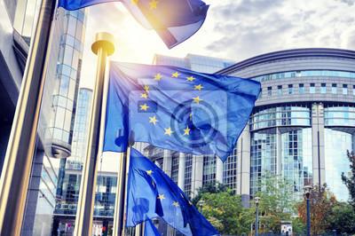 Poster EU-Flaggen winken vor dem Europäischen Parlamentsgebäude in Brus
