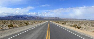 Poster Fahren auf die offene Straße in der Wüste mit Gebirgshintergrund