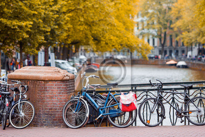 Fahren Sie auf die Brücke in Amsterdam, die Niederlande rad. Schöne Aussicht auf Kanäle im Herbst