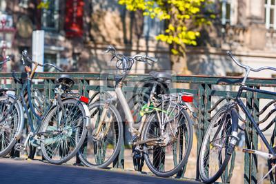 Fahrräder auf der Brücke in Amsterdam, Niederlande