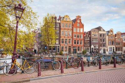 Poster Fahrräder auf einer Brücke in Amsterdam geparkt
