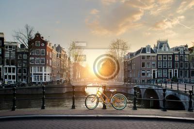 Poster Fahrräder mit einer Brücke über die Kanäle von Amsterdam, Niederlande. Fahrrad ist Hauptverkehrsform in Amsterdam, Niederlande.