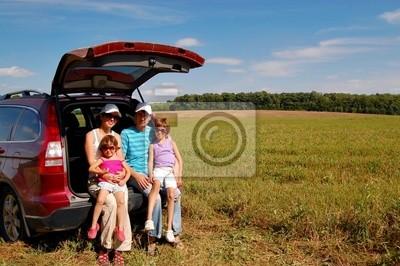 Familie in der Nähe von ihr Auto im Urlaub