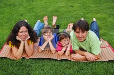 Familie mit zwei Kindern auf dem Rasen
