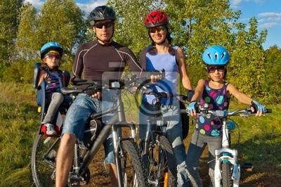 Familie Radfahren. Happy Eltern mit Kindern auf Fahrrädern